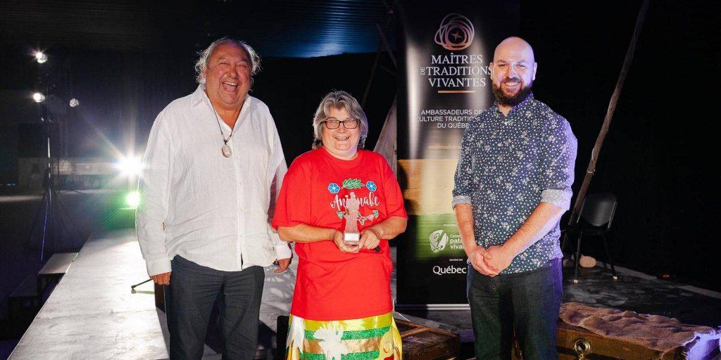 Grace Ratt reçoit son prix titre de Maître de traditions vivantes, avec Richard Kistabish et Philippe Dubois